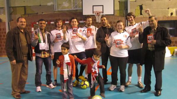 Des membres du Spartak lillois avec Mahmoud Sarsak, footballeur palestinien !